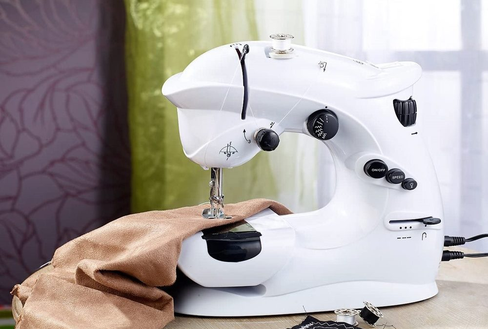 Prenosný šijací stroj od InnovaGoods zvládne ovládať aj začiatočník. Skrátite s ním aj nohavice