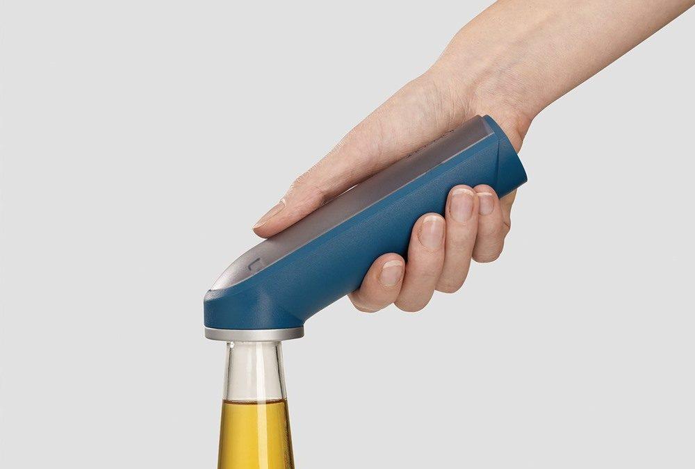 Otvárač na fľaše BarWise je štýlový pomocník do každého domáceho baru: Má zásobník na uzávery